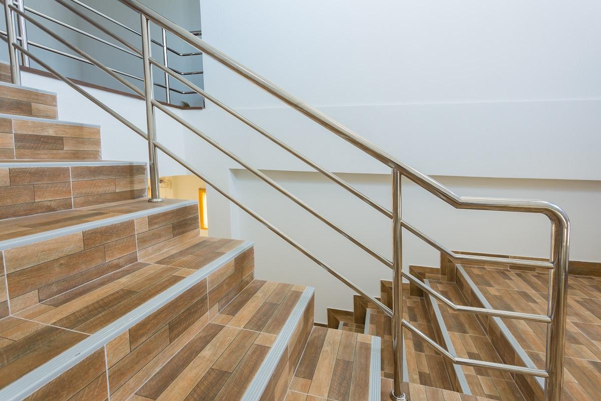 Czym kierować się dobierając odpowiednie płytki na schody i do przedpokoju?